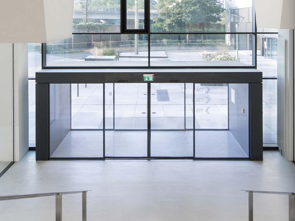 דלת אוטומטית כבדה מזכוכית