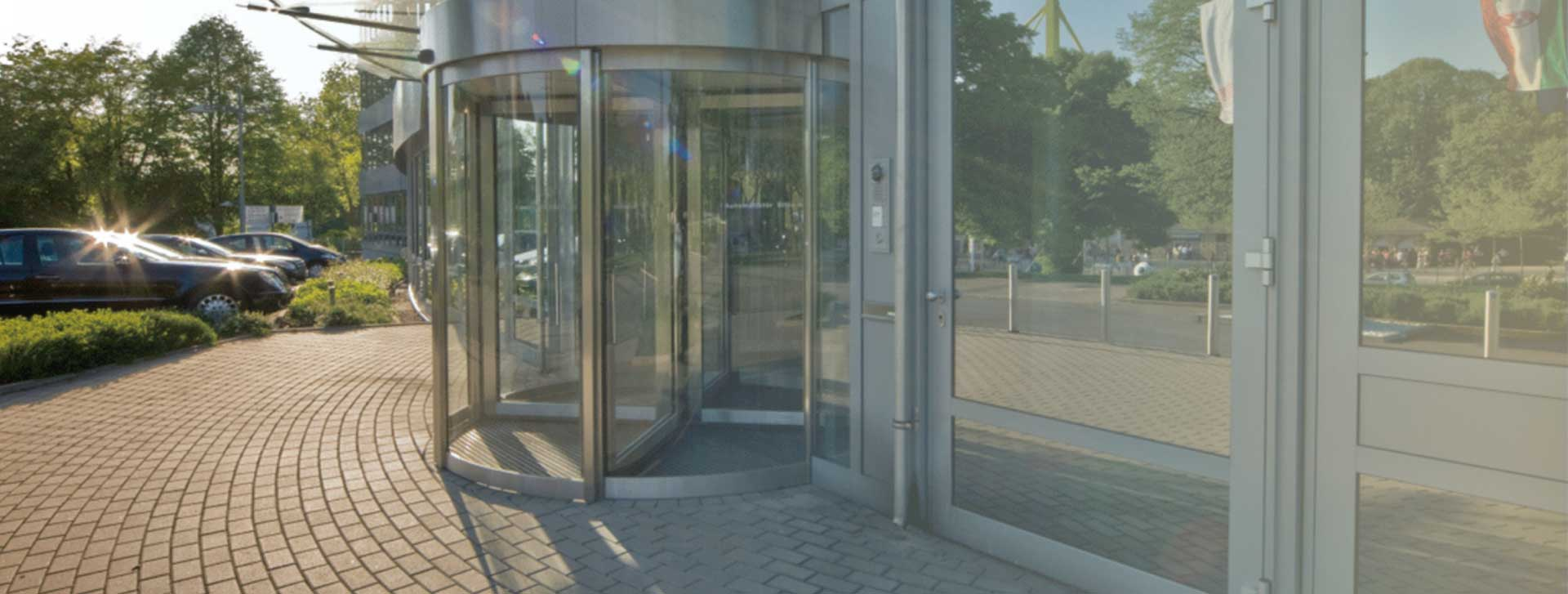 דלתות מסתובבות מזכוכית